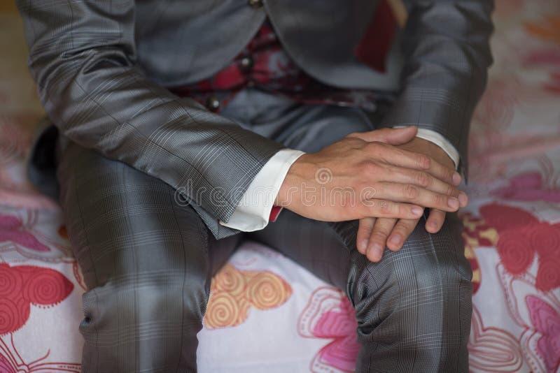 Brudgumdetalj av händer arkivfoton
