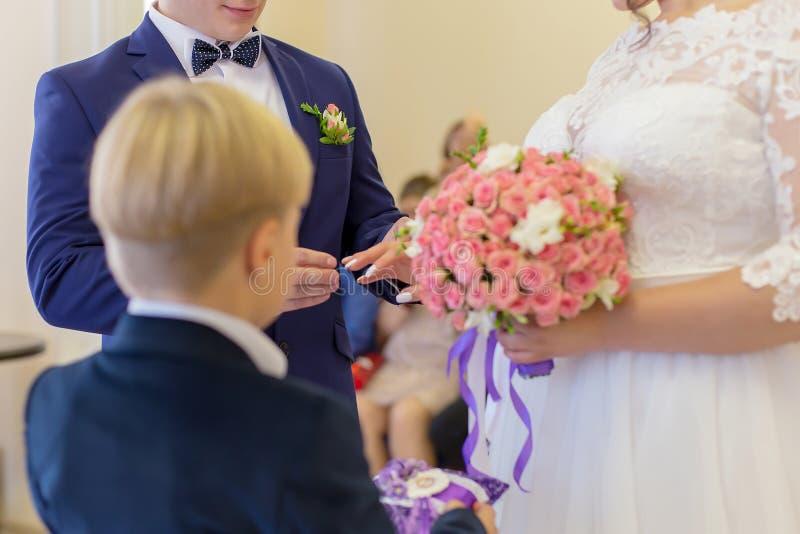 Brudgummen sätter brudcirkeln arkivfoto