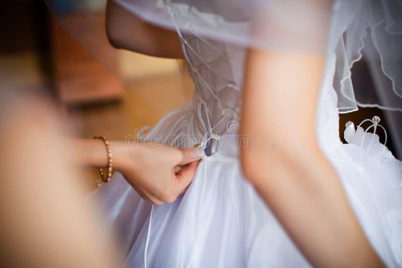 Brudklänningarna arkivbild