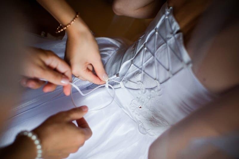 Brudklänningarna arkivfoto