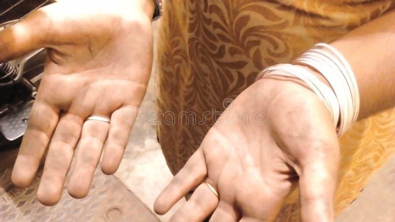 Brudna dziewczyny ręka obrazy stock