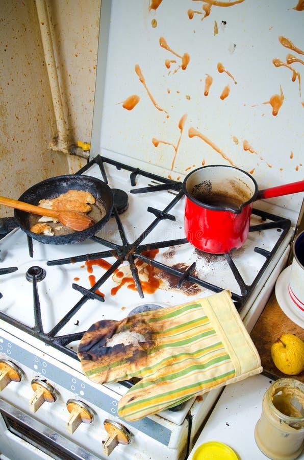 Brudna kuchenna kuchenka obrazy stock