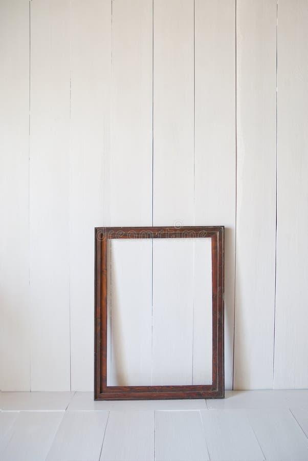 Brudna stara rocznika obrazka rama na ścianie Biały wewnętrzny pokój zdjęcie stock
