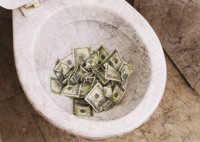 Brudna toaleta z pieniądze zdjęcia stock