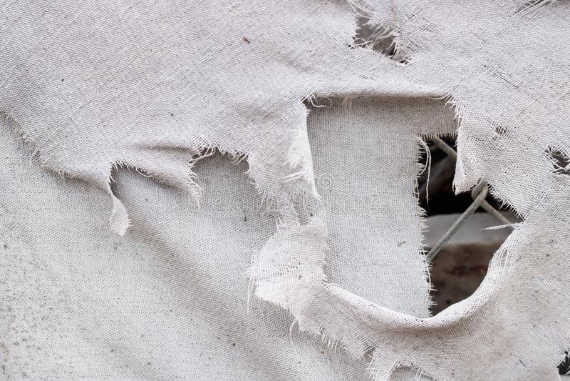 Brudne białe szarość drzejąca grunge rocznika tkaniny tła brezentowa tekstura z łańcuszkowym połączeniem widzieć przez dziury, zdjęcia royalty free