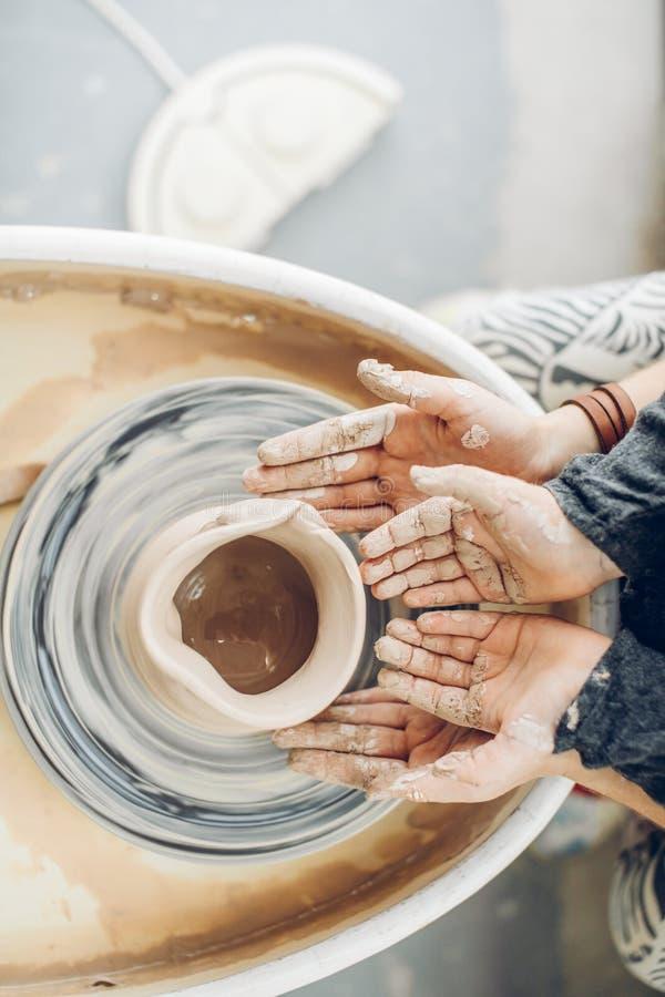 Brudne małe ręki podczas działania z gliną obrazy royalty free