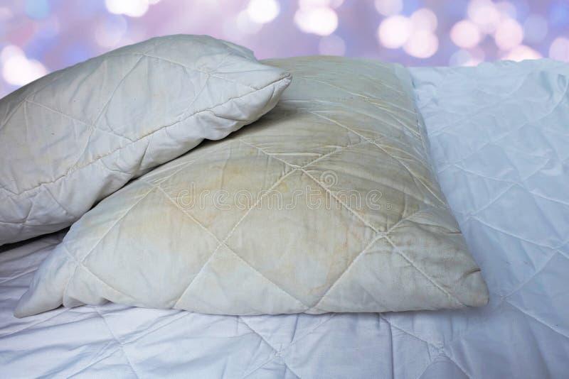 Brudne poduszki na białych łóżkach są źródłem zarazki i pył lądzieniec zdjęcie royalty free