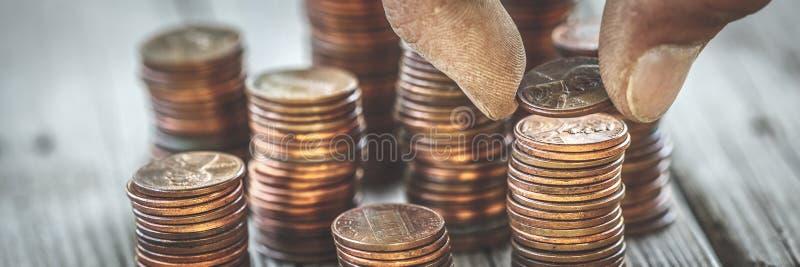 Brudne ręki liczenia monety obraz stock