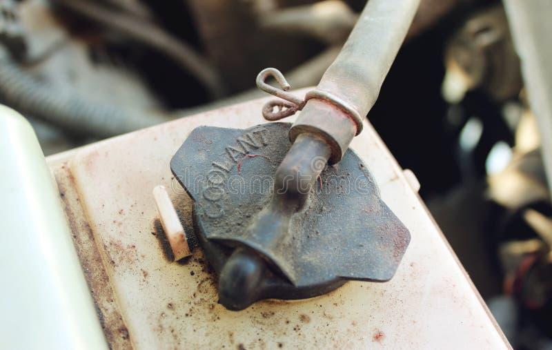 Brudnej rezerwuar nakrętki coolant parowozowy samochód fotografia royalty free
