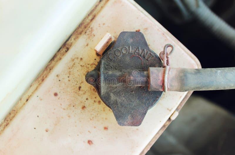 Brudnej rezerwuar nakrętki coolant parowozowy samochód obrazy stock