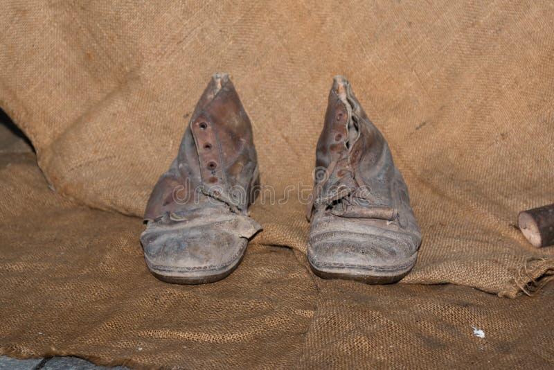 Brudni i Będący ubranym Out Rzemienni buty zdjęcie royalty free