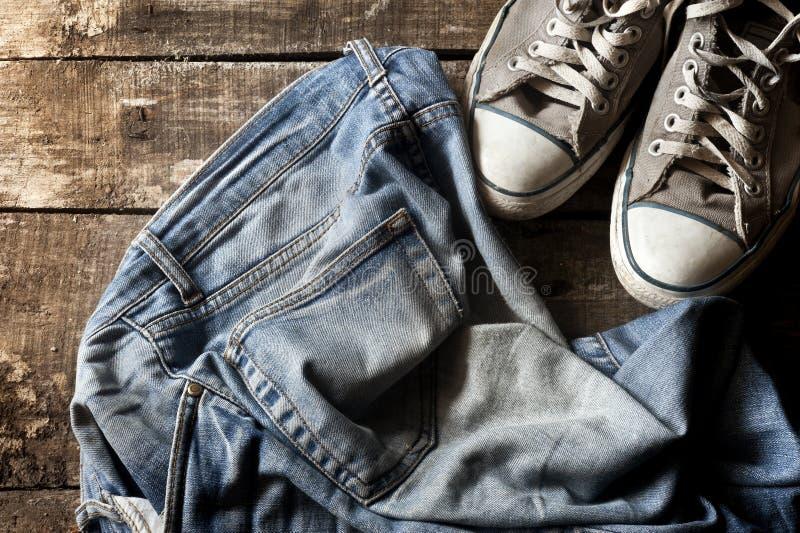 Brudni starzy cajgi i sneakers obrazy royalty free