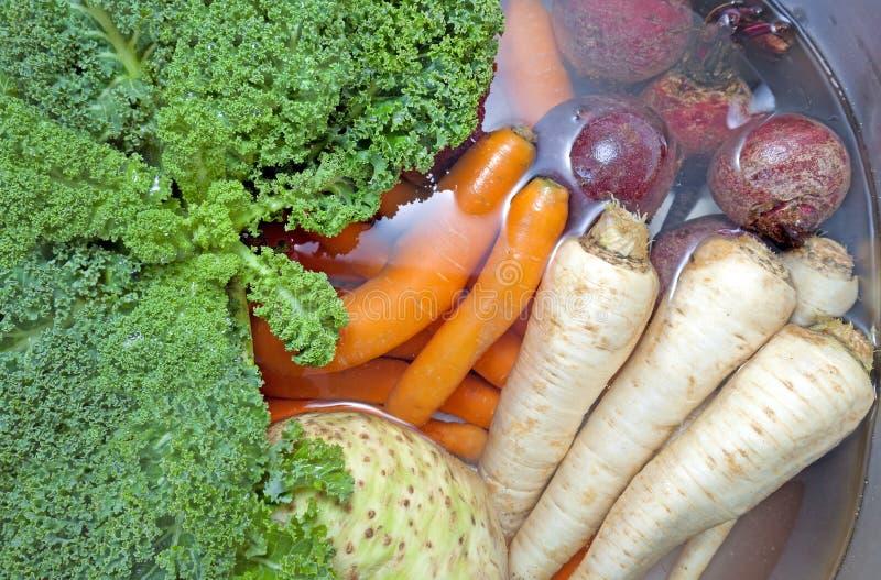 Brudni warzywa w kuchennym zlew wypełniali z wodą fotografia royalty free