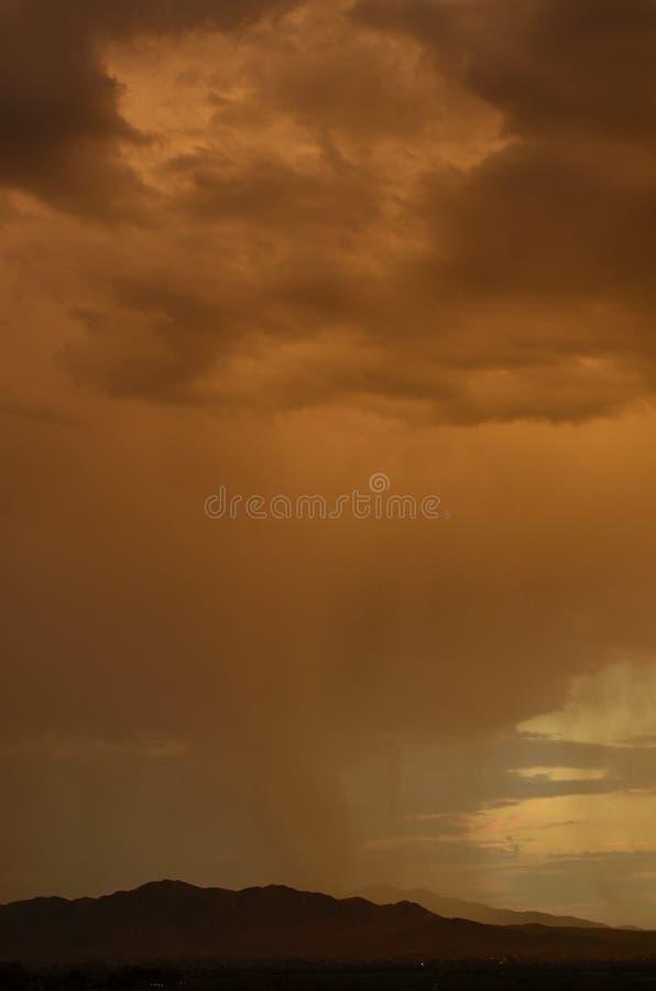Brudno- podeszczowe chmury pada puszek nad pustynia krajobrazem zdjęcia royalty free
