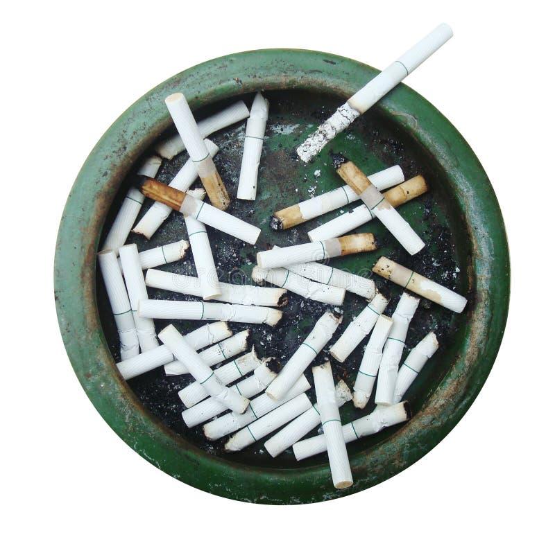 Brudny Ashtray pełno papierosy Odizolowywający na bielu zdjęcia royalty free