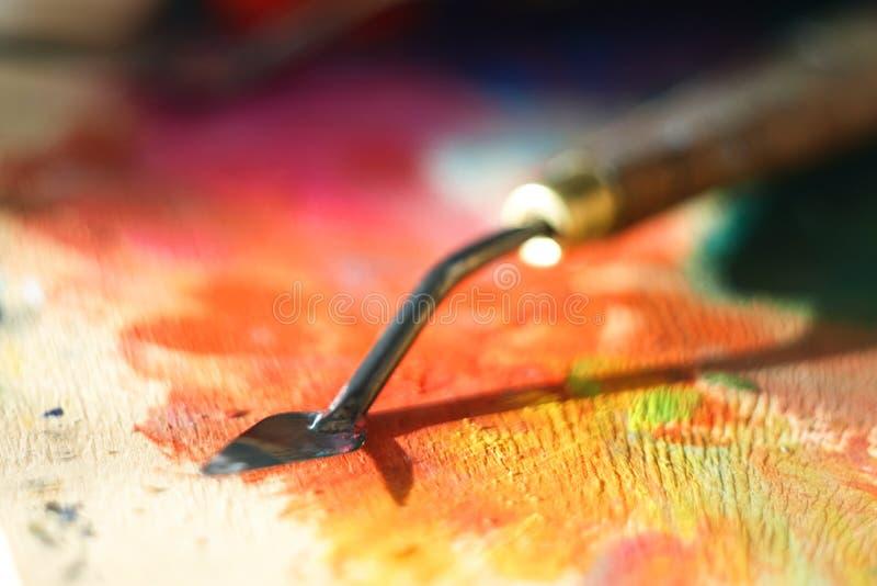 Brudny paleta nóż po pracować na obrazie kłama na drewnianej palecie obraz stock