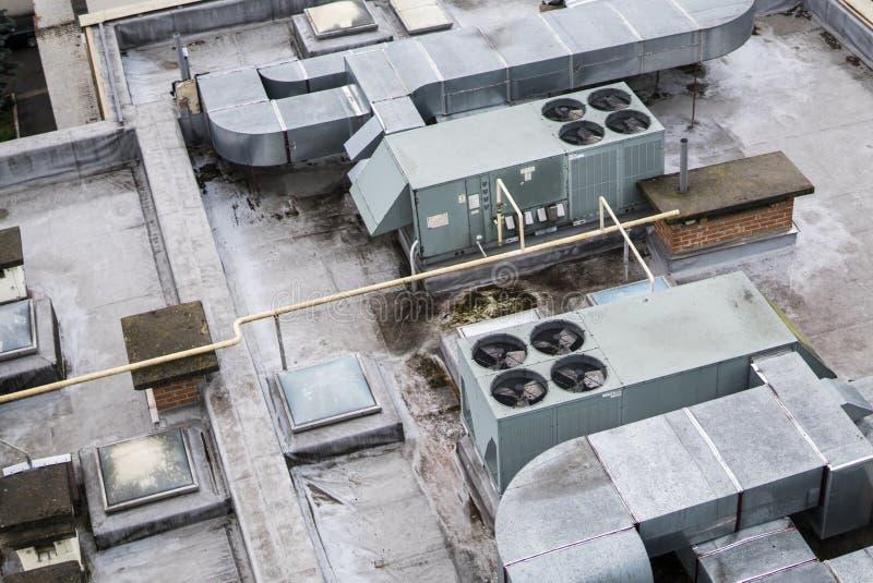 Brudny stary dach multistory Wentylacje na budynku dachu zdjęcie stock