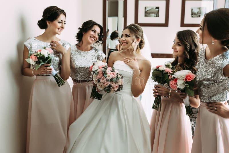 Brudtärnor i de rosa kjolarna och en brud royaltyfri fotografi