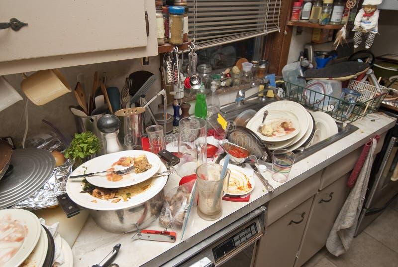 Download Brudzi naczynia zdjęcie stock. Obraz złożonej z kuchnia - 28661880