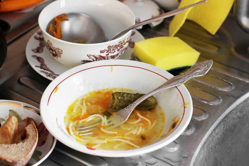 Brudzi naczynia w kuchni fotografia stock
