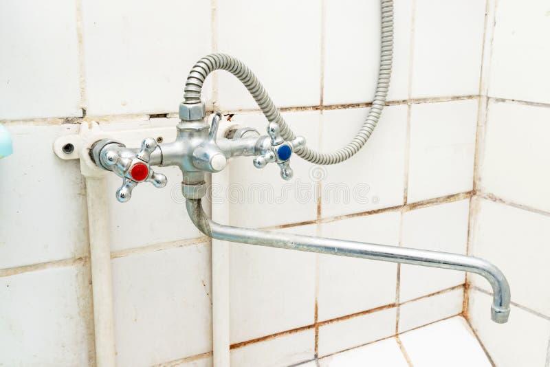 Brudzi starego faucet z limescale lub wapni skal? na nim, brudnym prysznic melan?eru klepni?cie i w?? elastyczny, wapniej?cym dal zdjęcia stock