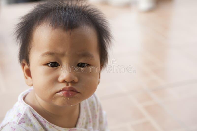 Brudzi twarz dziecko po posiłku obraz stock