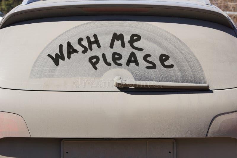 Brudzi z powrotem okno samochód i wpisowy Myje ja zadawala obraz stock