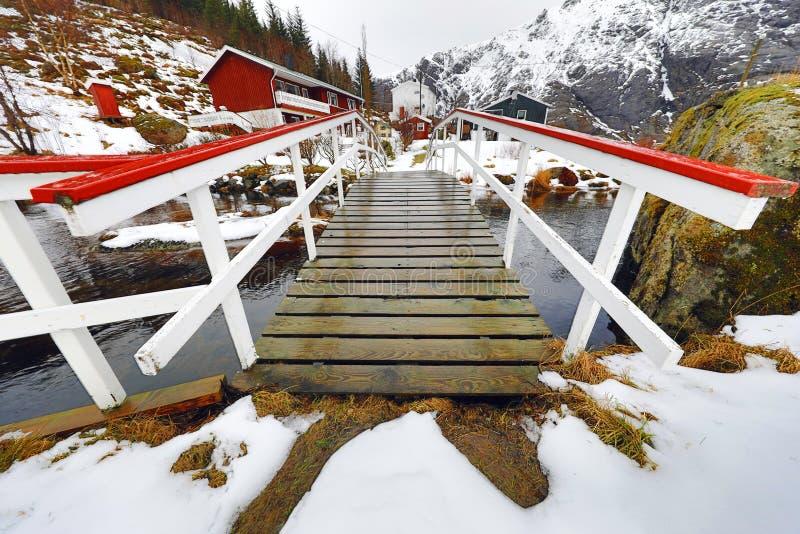 Brug aan dorp onder de bergrivier Het mooie landschap van Noorwegen Het landschap van Norwgian royalty-vrije stock foto
