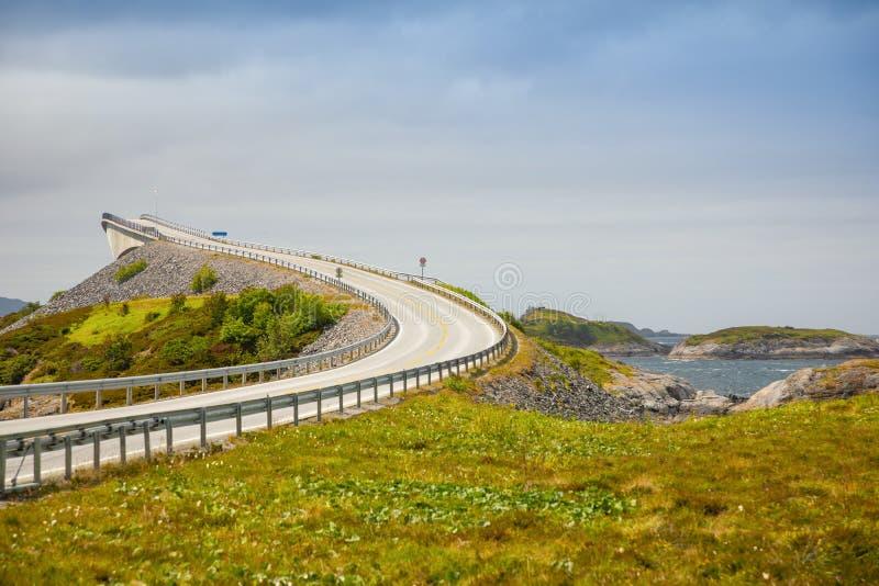 Brug Atlanterhavsvegen met een verbazende mening over de Noorse bergen, Atlantische weg, Noorwegen royalty-vrije stock afbeeldingen