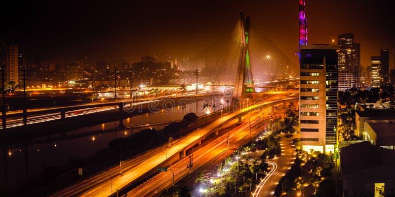 Brug bij nacht in Sao Paulo royalty-vrije stock afbeeldingen