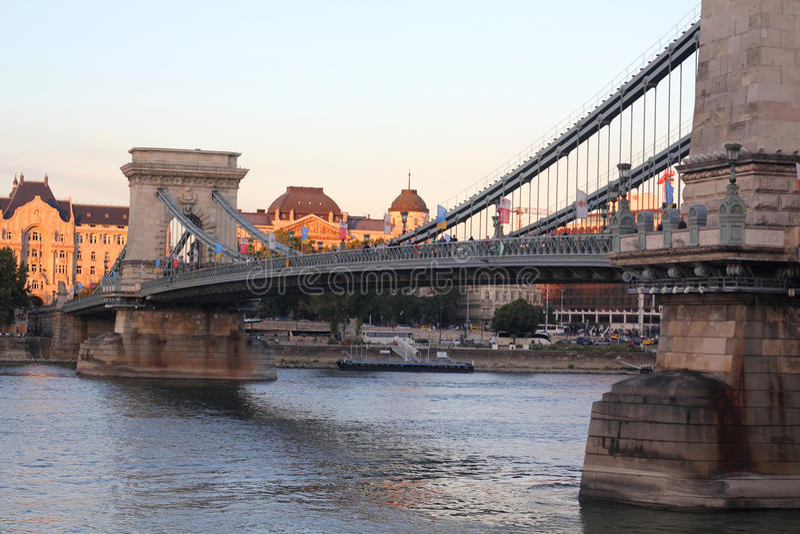 Brug in Boedapest in de avond royalty-vrije stock afbeelding