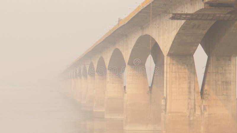 Brug boven de rivier van Ganges in Patna, India stock foto's