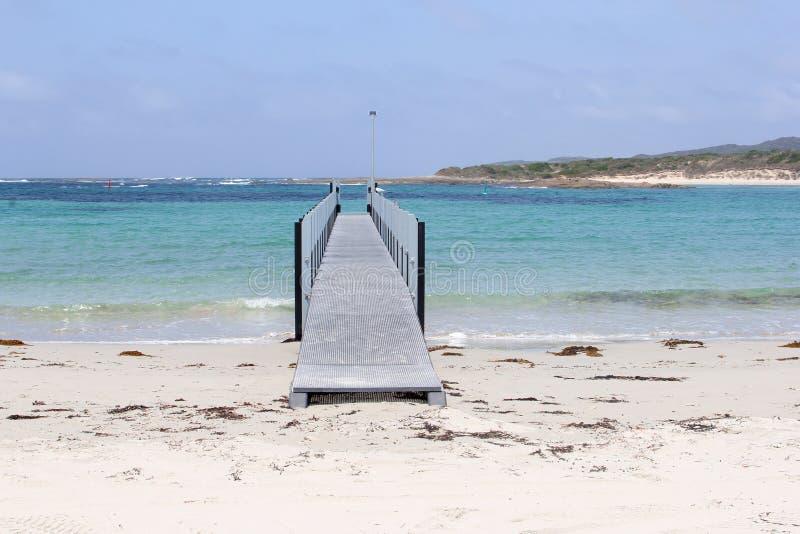 Brug in de oceaan op een wit strand, Vreedzame Baai, Westelijk Australië stock foto's