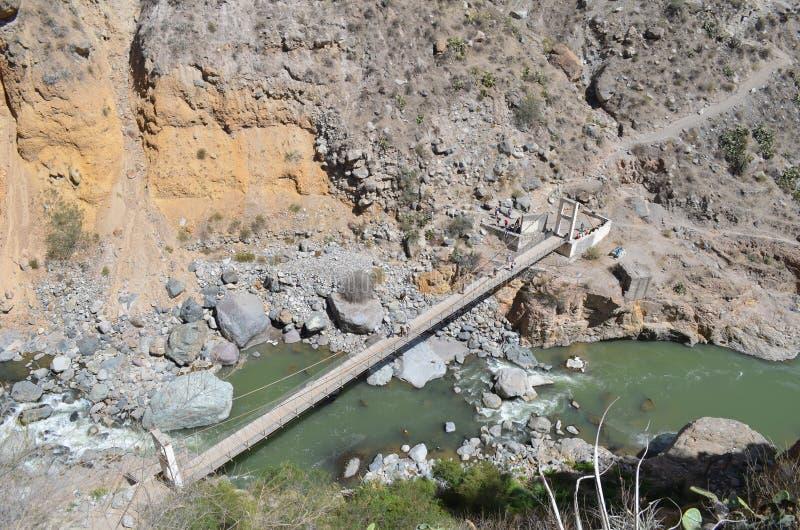 Brug die de rivier op bodem van Colca-Canion kruisen - Luchtperspectief stock foto's