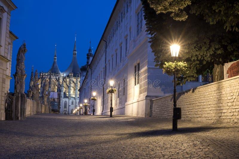 Brug die tot de Kathedraal van Heilige Barbara ` s in Kutnà ¡ Hora, Tsjechische Republiek leiden stock fotografie