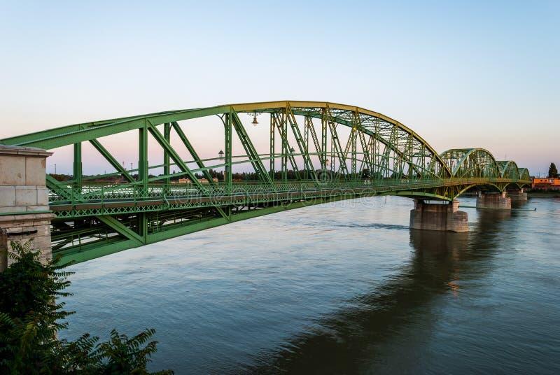 Brug die twee landen, Slowakije en Hongarije verbinden vóór su stock afbeeldingen