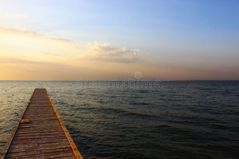 Brug door de Zwarte Zee in zonsondergang stock fotografie