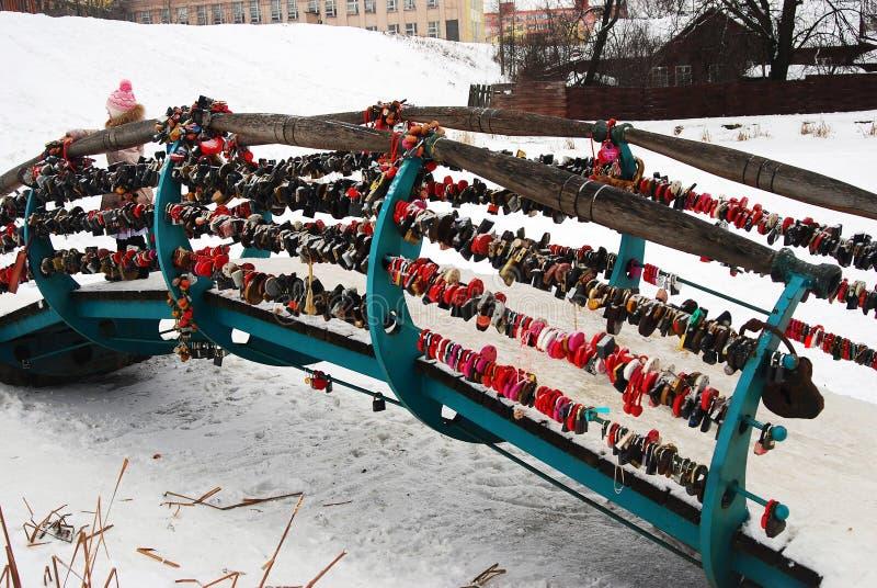 Brug door liefdesloten wordt behandeld in het Kremlin van Dmitrov-stad die stock afbeeldingen