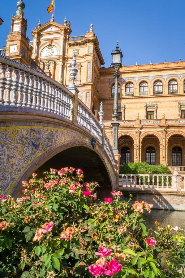 Brug en bloemen op het vierkant van pleinde Espana Spanje in Sevilla royalty-vrije stock afbeeldingen