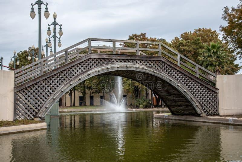 Brug en fontein bij het Armstrong-park in NOLA stock afbeelding