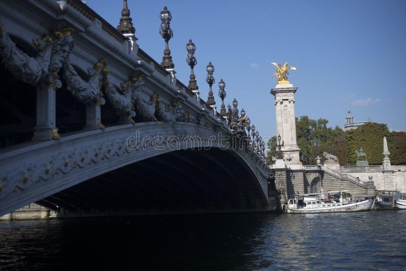 Brug en Gouden Paardstandbeeld in Parijs royalty-vrije stock afbeeldingen