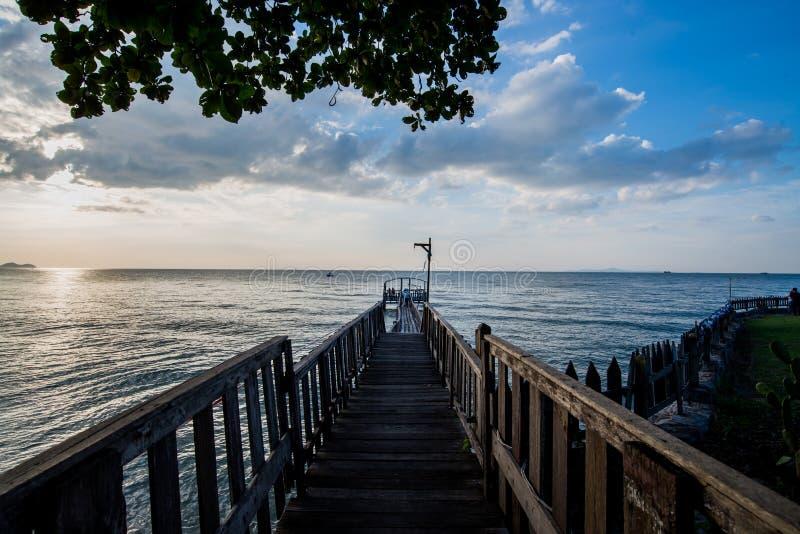 Brug en pavillion op het overzees met mensengang op de brug stock foto