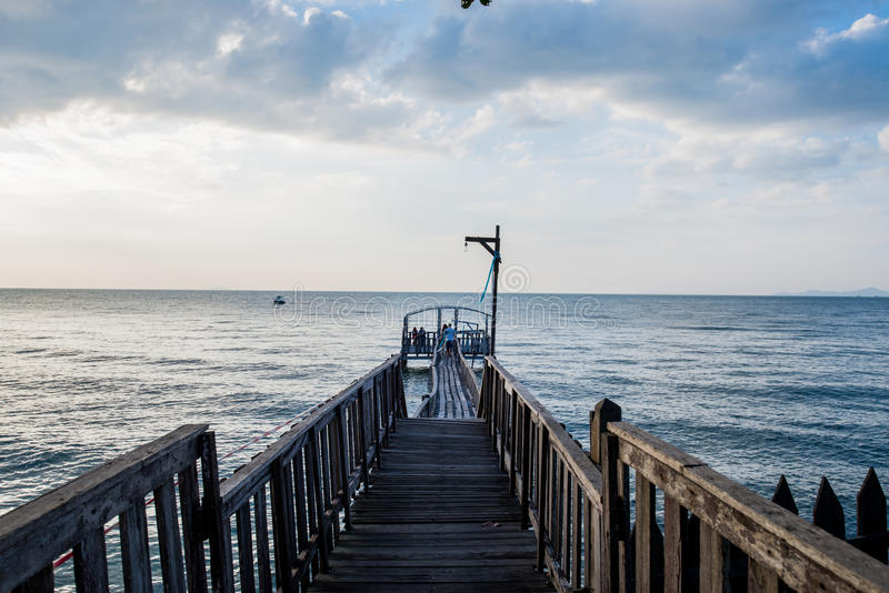 Brug en pavillion op het overzees met mensengang op de brug stock foto's