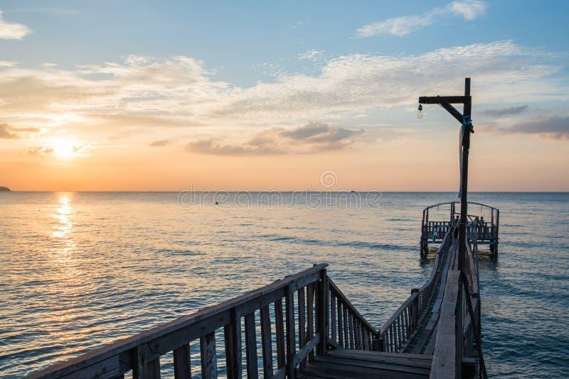 Brug en pavillion op het overzees met mensengang op de brug stock afbeeldingen