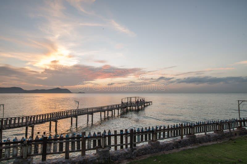 Brug en pavillion op het overzees met mensengang op de brug royalty-vrije stock foto