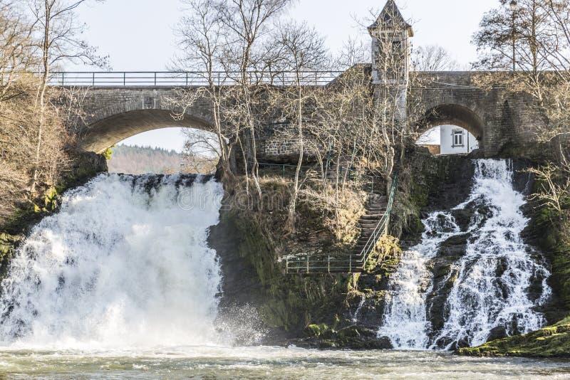 Brug en twee kleine watervallen in de kleine stad van Kuuroord België stock fotografie