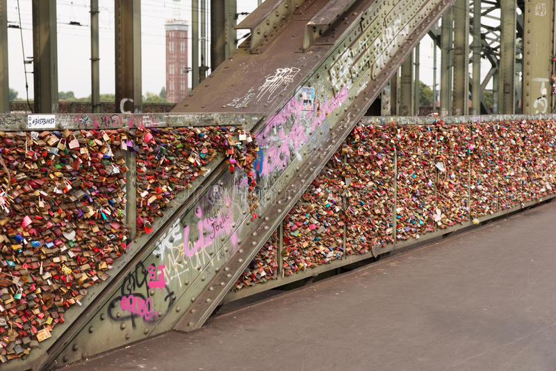 Brug in Keulen met liefdesloten stock afbeeldingen