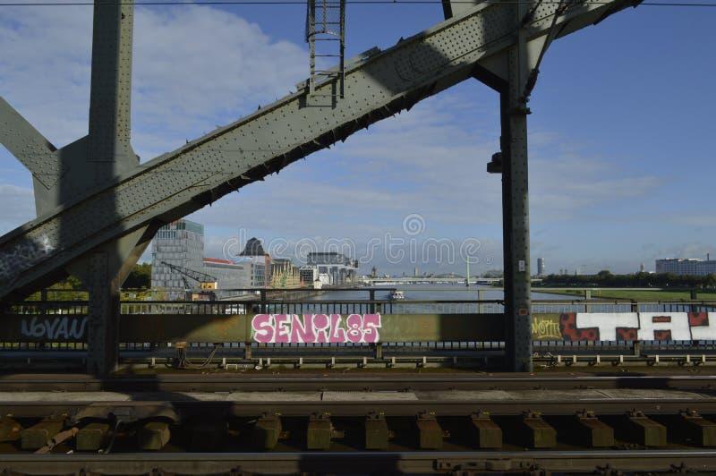 Brug in kolone met stedelijke grafitt stock fotografie
