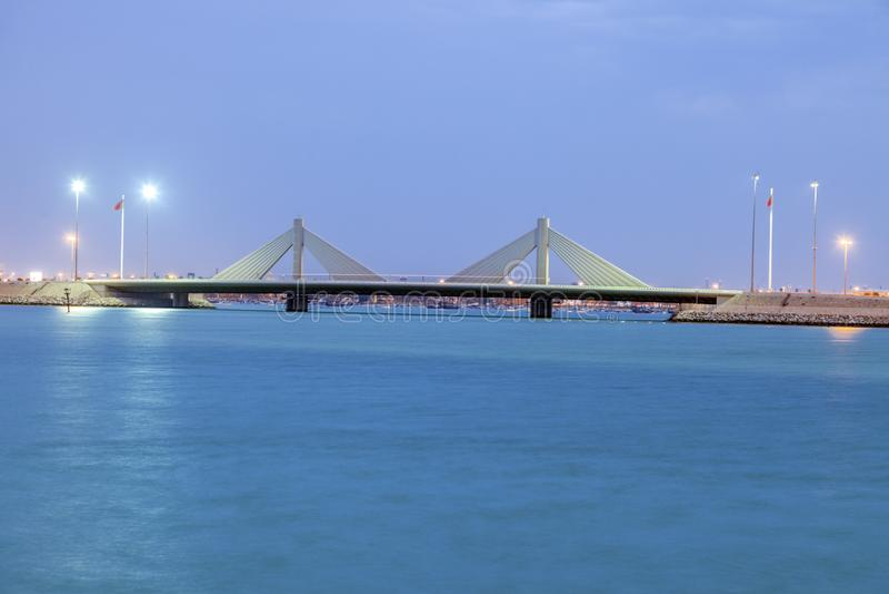 Brug in Manama bij nacht stock afbeelding