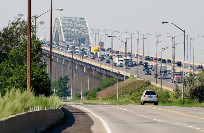Brug met een zwaar verkeer stock foto